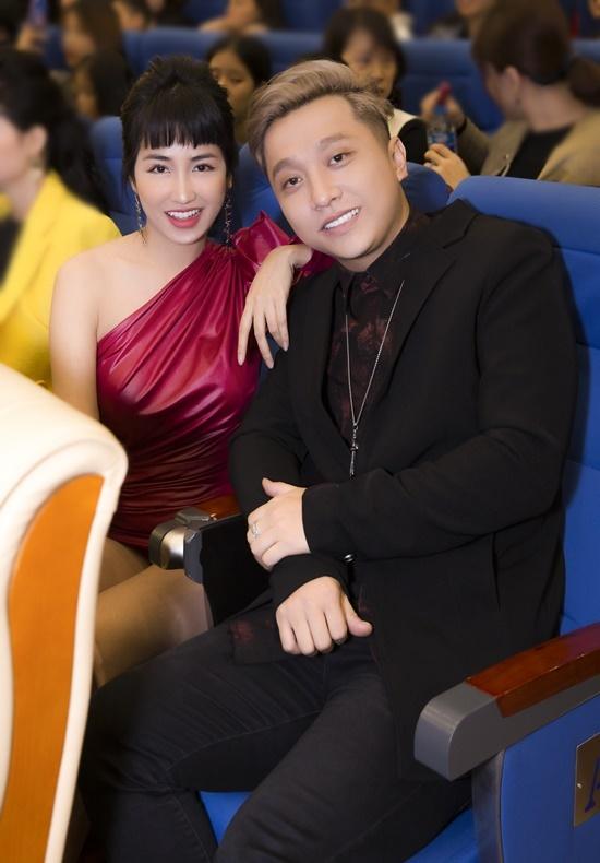 Trang Moon và Yanbi thân thiết ngồi cạnh nhau trong sự kiện.
