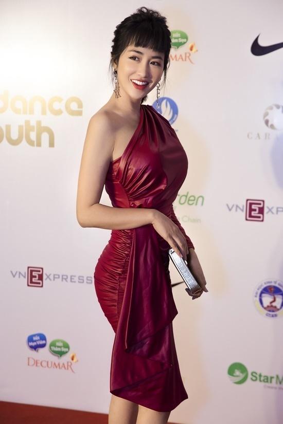 Trang Moon nổi bật với váy lệch vai màu đỏ. Cô nàng trông khá lạ lẫm với tóc mái bằng.