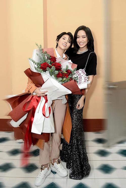 Diệu Nhi vào tận hậu trường tặng hoa và chụp ảnh cùng Vũ Cát Tường ở concert Inner Me.