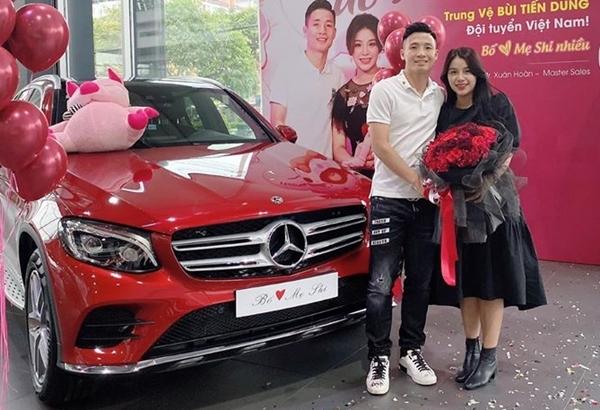 Tặng xe sang cho vợ, Tiến Dũng nhắn nhủ Bố yêu mẹ Shi nhiều.