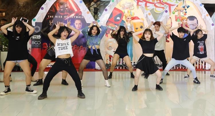 Ngoài cosplay, tại sự kiện còn có hoạt động Kpop dance thu hút sự chú ý. Những bạn trẻ đam mê dance và các vũ đạo Kpop sẽ được hòa mình vào bữa tiệc âm nhạc tập thể.