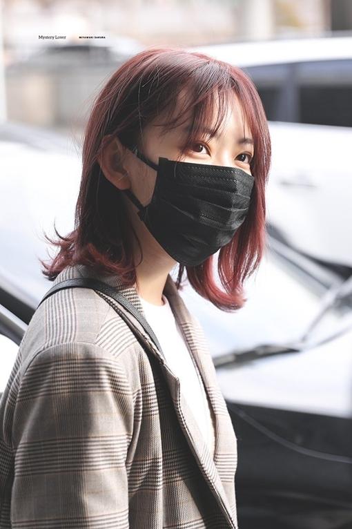 Sakura (IZONE) bất ngờ lộ diện ở sân bay sau 39 ngày ở ẩn