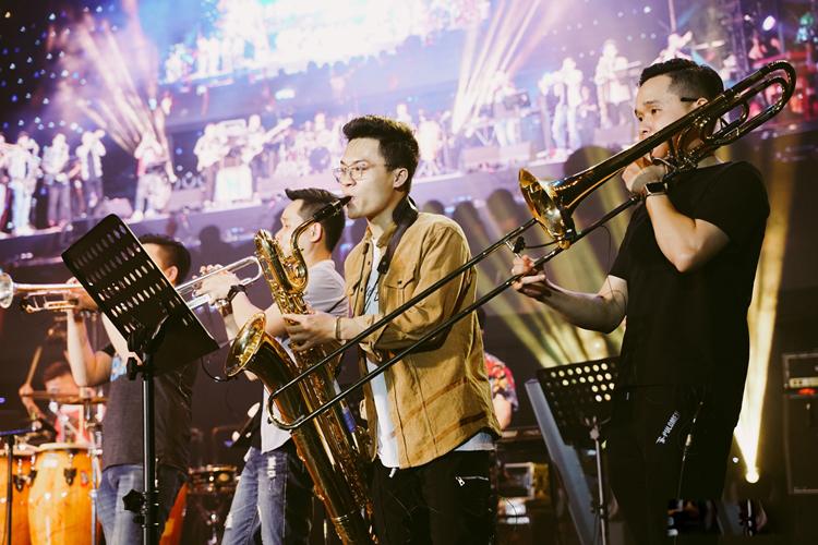 Lễ hội đậm sắc màu khi nhiều ban nhạc xuất hiện với nhiều loại nhạc cụ khác nhau.