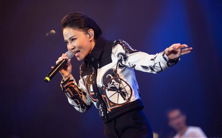 Đêm thứ hai của lễ hội gây hứng phấn với sự xuất hiện của dàn sao Việt đình đám. Nữ ca sĩ Thu Minh khoe giọng trong loạt hitDiva (Mew Amazing), Đường cong (Nguyễn Hải Phong).