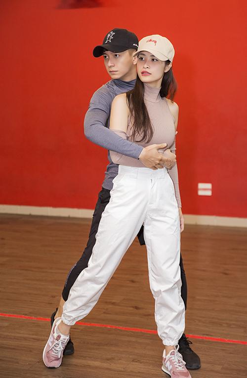Đông Nhi là một trong nữ khách mời xuất hiện tại liveshow Truyền thái y của Ngô Kiến Huy. Họ có tình bạn gắn bó suốt gần 10 năm qua, từng đồng hành trong âm nhạc nên không thể vắng mặt.