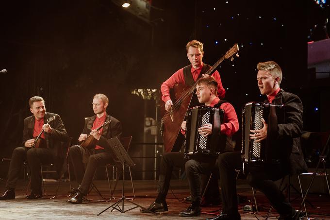Nhóm nhạc Nga ESSE - Quintet biểu diễn mang không khí tươi vui,hứng khởi. Nhóm còn trình diễn bảnTrống cơm nhận được nhiều tràn pháo tay củakhán giả.