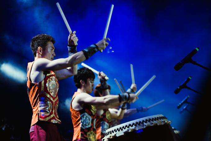 Sai - nhóm nhạc Nhật Bản chuyên biểu diễn bằng trống - khuấy động không khí bằng loạt tiết mục kết hợp giữa trống taiko - một nhạc cụ truyền thống của Nhật - và sáo. Nhóm được biết đến từ năm 2005 khi đọat giải nhất một cuộc thi biểu diễn trống taiko ở quê nhà.