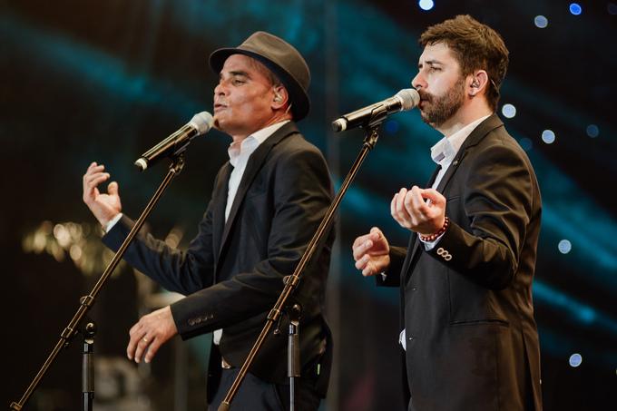 Vocal Tempo - nhóm nhạc gốc Cu Ba từng đoạt quán quân X-Factor Tây Ban Nha 2008 xuất hiện trên sân khấu với các tiết mục acapella.
