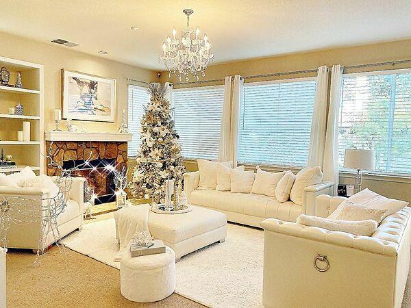 Phạm Hương sống trong một ngôi nhà hai tầng tại Los Angeles. Tầng một là phòng khách, được cô trang trí theo phong cách cổ điển với gam màu trắng chủ đạo. Cô đặt cây thông Noel gắn bông tuyết, hoa lá, ruy băng,đèn, quả cầu ở giữa phòng khách.