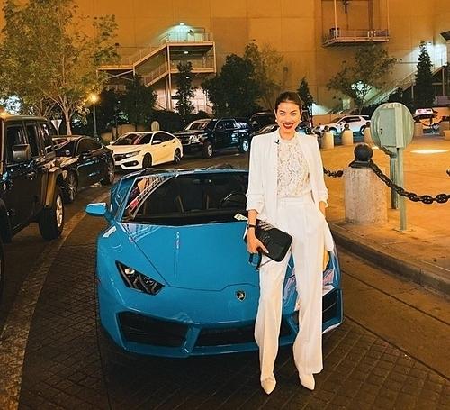 Phạm Hương có cuộc sống sang chảnh trên đất Mỹ. Hồi đầu tháng 11, cô lái siêu xe kiểu dáng thể thao trên đường phố Las Vegas thuộc dòng Lamborghini Huracan EVO Spydercó giá bán gần 290 nghìn USDtại Mỹ. Giá của mẫu xe này khi về Việt Nam là khoảng 20 tỷ đồng.