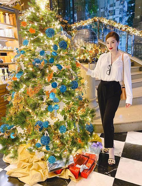 Bảo Thy háo hức chụp ảnh Giáng sinh.
