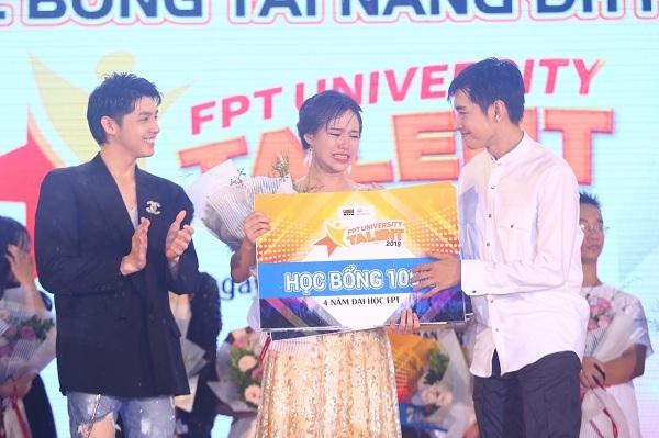 Quán quân Học bổng tài năng ĐH FPT 2019 VũMinh Châu được ca sĩNoo Phước Thịnh cùng biên đạo múa Quang Đăng trao 30 triệu đồng tiền thưởng và 1 suất học bổng 100% vào ĐH FPT.