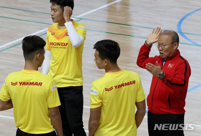Ngày 17/12, học trò ông Park luyện tập ở nhà thi đấu Tongyeong, Gyeongnam, theo Newsis.