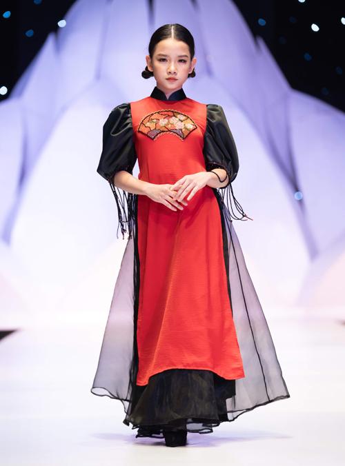 Màu sắc chủ đạo của những thiết kế lần này là đỏ, đen, vàng - ba gam màu hoàn hảo cho sự kết hợp giữa tinh thần hiện đại và giá trị truyền thống. Mỗi chi tiết trên các sản phẩm đều được may tỉ mỉ, khéo léo giúp tôn lên dáng vẻ mềm mại, uyển chuyển và thuần khiết trong từng tà áo.