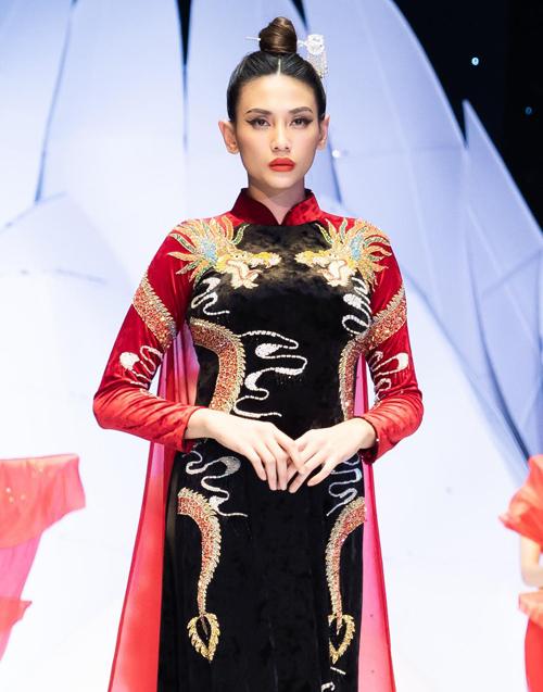 Võ Hoàng Yến là vedette cho bộ sưu tập Vũ điệu Á đôngcủa NTK Phương Hồ, khép lại mùa đầu tiên của Tuần lễ thời trang và làm đẹp quốc tế Việt Nam 2019.