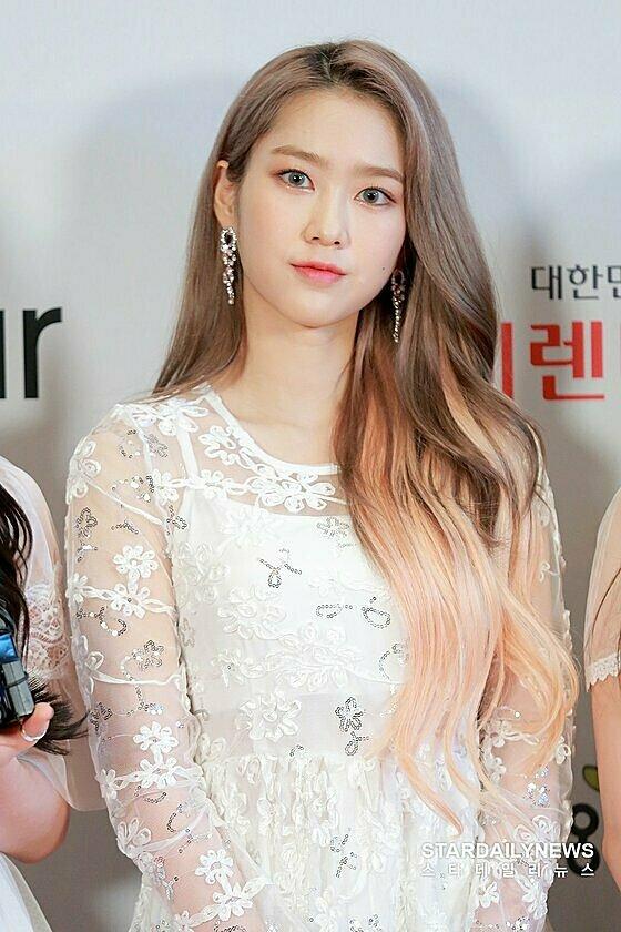 Ji Ho có màu tóc nhuộm nổi bật.