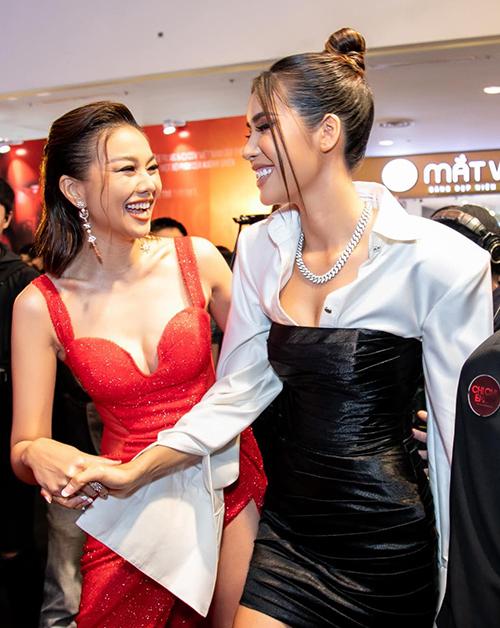 Thanh Hằng - Minh Tú tay bắt mặt mừng khi gặp nhau ở sự kiện.