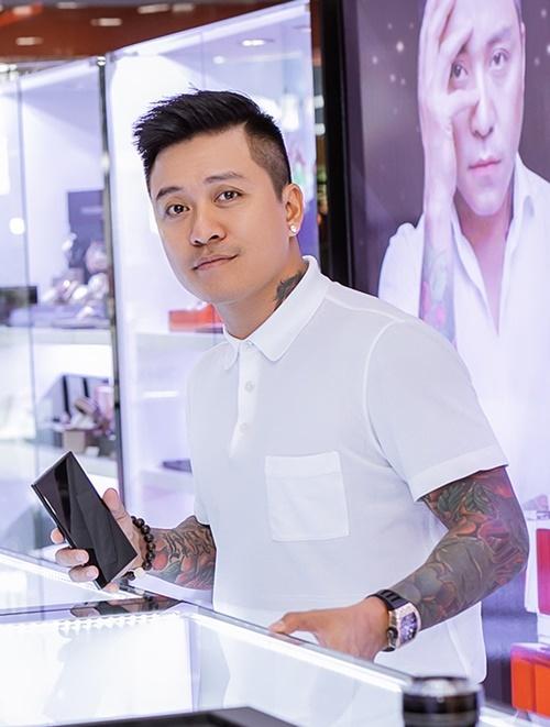 Bên cạnh công việc ca hát, Tuấn Hưng bận rộn khi làm kinh tế. Anh liên tụccho ra mắt các sản phẩm nước hoa, đồng hồ mang tên mình.
