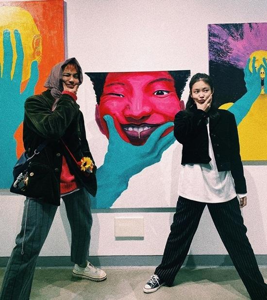 Jennie đến xem tranh do Mino (Winner) vẽ được trưng bày tại triển lãm nghệ thuật ở Sungnam Art Center, Sungnam, Gyeonggi-do. Hai nghệ sĩ YG tạo dáng bắt chước nhân vật trong tranh.