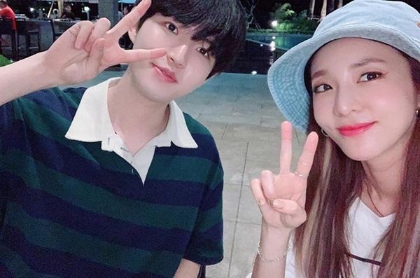 Dara đăng ảnh chụp cùng Kim Jae Hwan khi cả hai cùng quay show My Music Teacher, Mingalabar. Dara đến cổ vũ concert solo đầu tiên của cựu thành viên Wanna One.