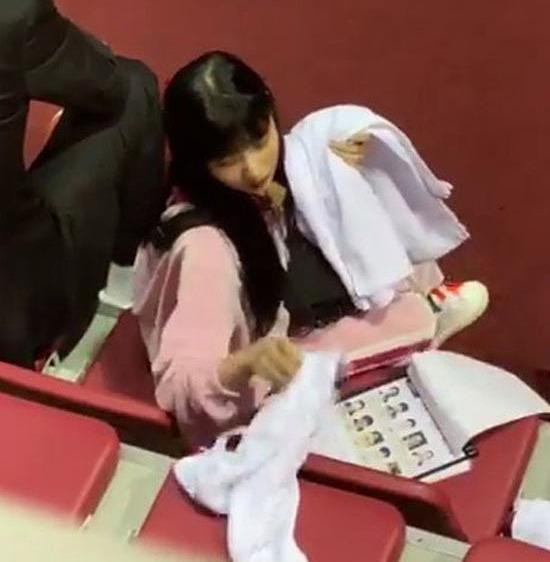 Fan xót xa khi thấy Joy thành chân chạy việc vặt trên show thực tế