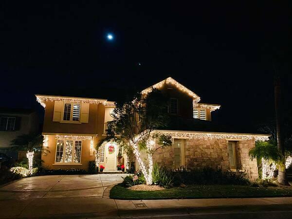 Đàm Vĩnh Hưng vừa chia sẻ những hình ảnh mới nhất về căn biệt thựtại Mỹ được anh trang hoàng trước lễ Giáng sinh. Căn nhàở Huntington Beach, quận Cam, phía nam tiểu bang Californiađược anh lắp đèn vàng khắp vòm cửa, mái hiên và vườn nhà.