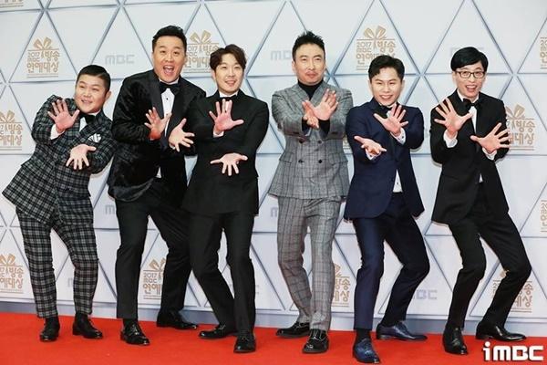 Yoo Jae Suk (bên phải) là thành viên của show Infinity Challenge.