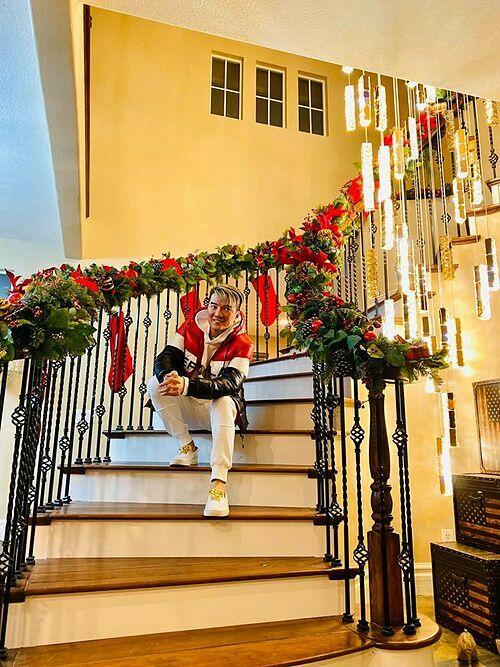 Giọng ca Say tình bày trí ruy băng, quả thông, hoa trạng nguyên lên phần tay vịn cầu thang.