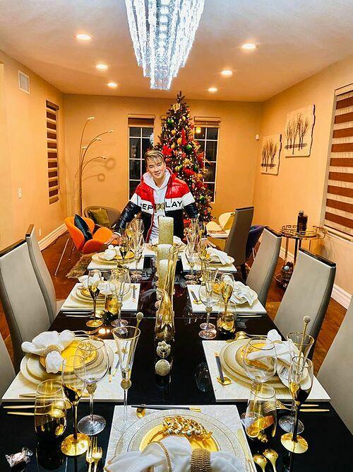 Bàn ăn với không gian ấm cúng, sang trọng, ngập tràn không khí Noel.