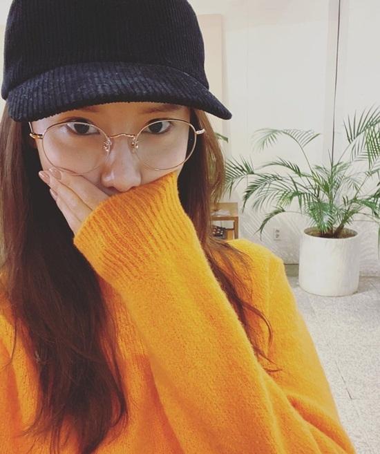 Yoona dùng tay che mặt mộc.