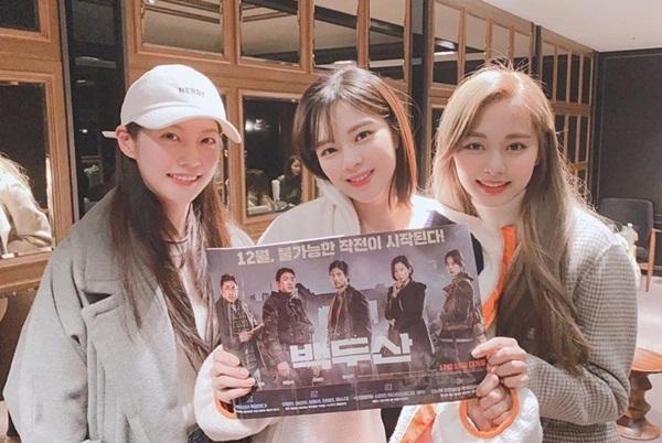 Tzuyu và hai chị em Seung Yeon - Jeong Yeon đến ủng hộ bộ phim Ashfall.