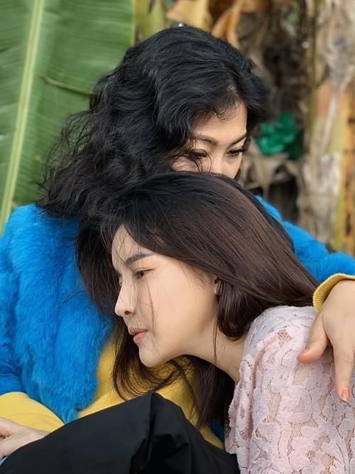 Cao Thái Hà hé lộ hình ảnh trong dự án mới, Người phụ nữ giấu mặt kia khiến fan tò mò.