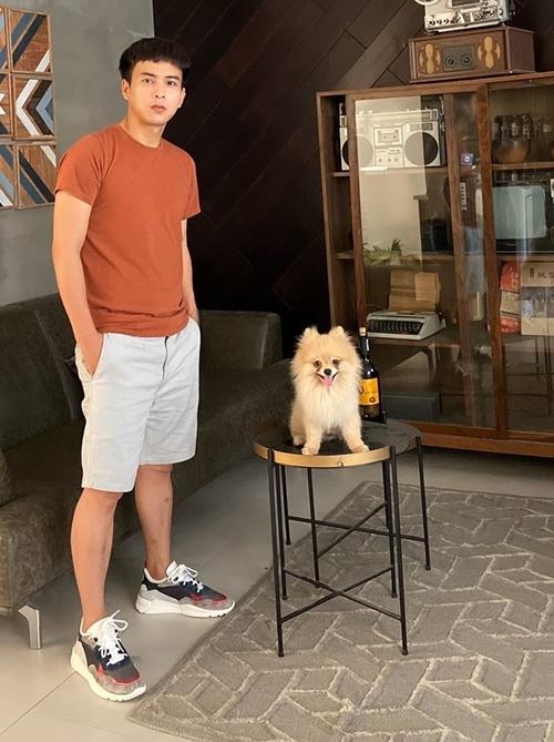 Hồ Quang Hiếu chụp ảnh với cún cưng.