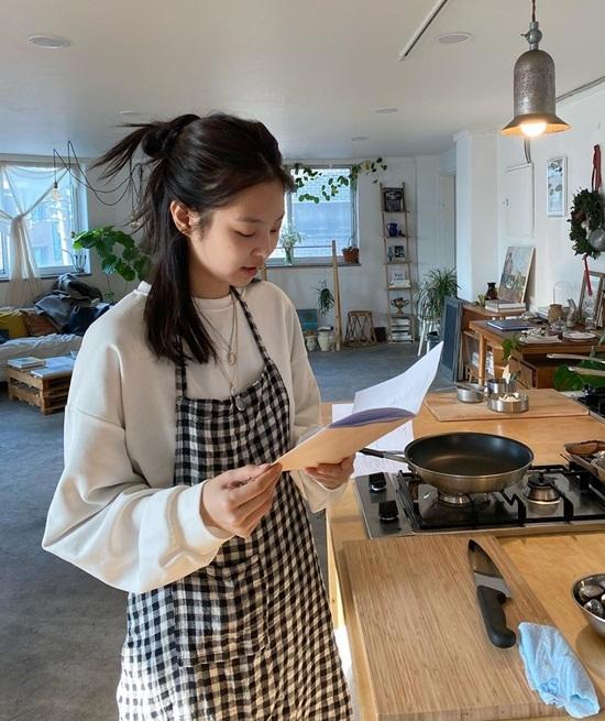 Jennie đeo tạp dề vào bếp
