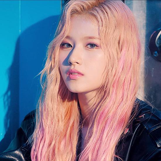 Sana nâng tầm nhan sắc với mái tóc hồng.