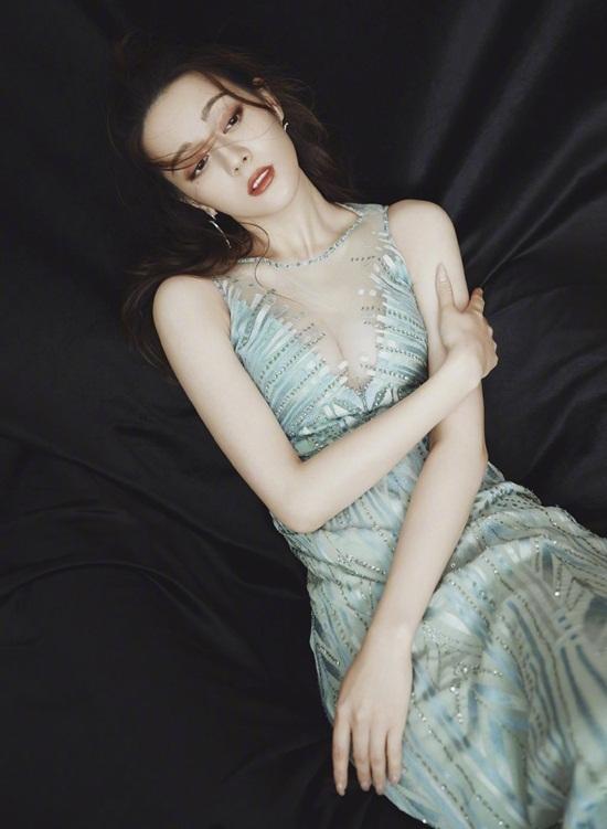 Địch Lệ Nhiệt Ba ngay lập tức lên top tìm kiếm trên mạng xã hội Weibo nhờ hình   ảnh sexy này.