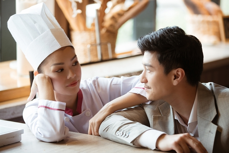 Dương Cẩm Lynh nói Huỳnh Anh thường nhìn rất lâu vào mắt bạn diễn. Ánh mắt đó như muốn thấu suốt mọi tâm tư, suy nghĩ của bạn diễn để tìm cách phối hợp tốt nhất, nữ diễn viên nói.