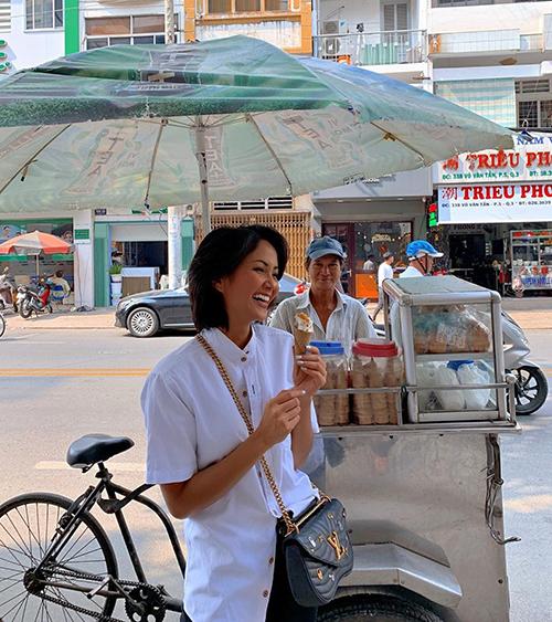 HHen Niê đeo túi Louis Vuitton ăn kem vỉa hè.