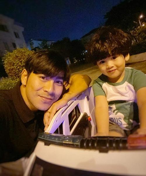 Thanh Bình dành thời gian đưa con trai đi chơi sau những ngày bận rộn quay phim.