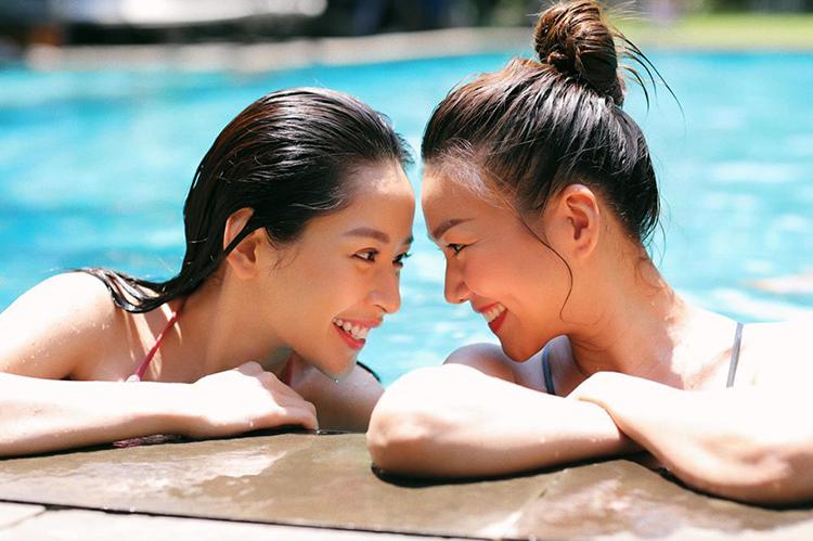 Cặp chị chị em em Thanh Hằng - Chi Pu chụp hình rất tình tứ ở bể bơi.