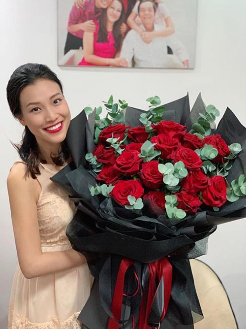 Hoàng Oanh khoe được tặng bó hồng nhung siêu to khổng lồ.