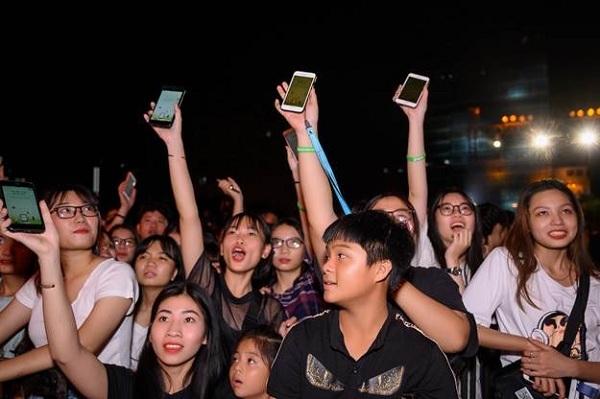 Hàng nghìnkhán giả cùng giơ cao màn hình điện thoại để đáp lại lời mời gọi lắc kết bạn với tài khoản mạng xã hội Gapo của Ngô Kiến Huy.