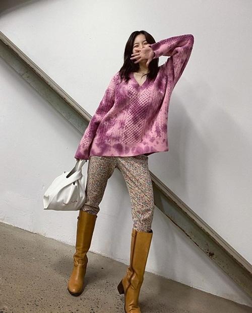 Hyuna phối quần hoa nhí với áo len hồng và boots vàng mù tạt độc đáo.