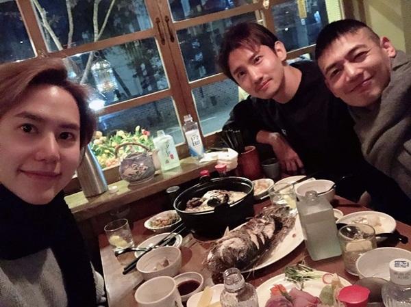 Ba thần tượng nhà SM - Chang Min, Kyu Hyun và Min Ho - tụ tập ăn uống tưng bừng.