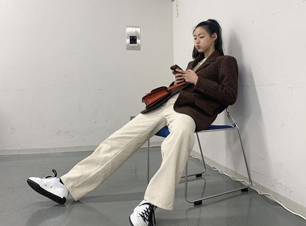 Seol Hyun ngồi dạng chân đầy nam tính.
