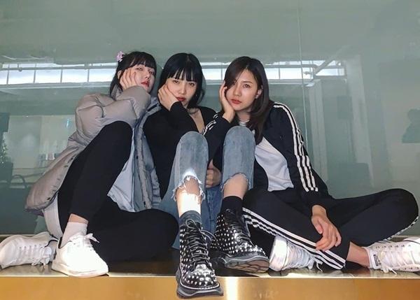 Bộ ba sinh năm 1996 - Ye Rin, Joy và Ha Young - khoe thần thái cool ngầu với kiểu pose dáng tương đồng.