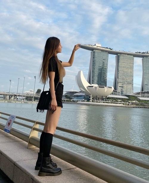 Ye Ji (ITZY) tinh nghịch chụp hình ở Singapore.