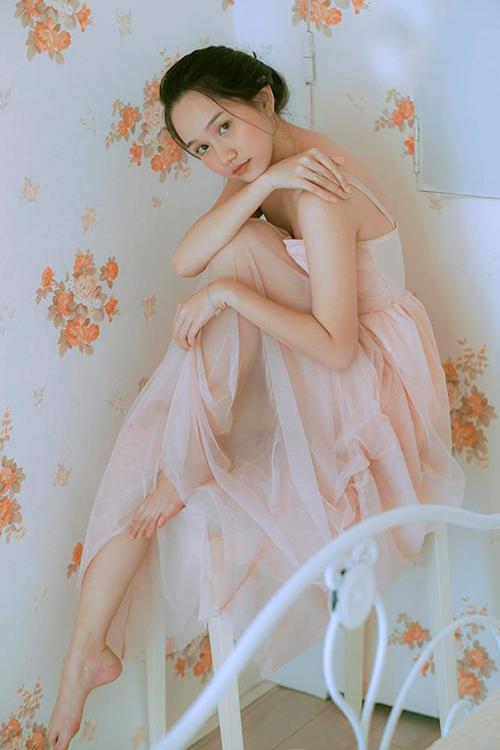 Nữ diễn viên e ấp trong một bộ ảnh khoe nhan sắc thanh xuân.