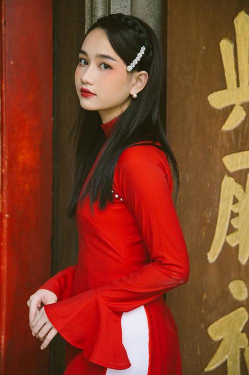 Trúc Anh đầy cổ điển đậm chất Á Đông khi diện áo dài đỏ rực.
