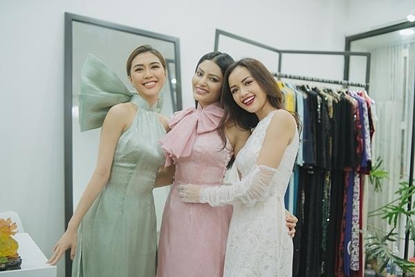 Sanjna Suri (giữa) - Hoa hậu Siêu quốc gia Malaysia - đáp chuyến bay tới TP HCM sáng 20/12 theo lời mời của Tường Linh (trái). Cả hai là đôi bạn thân tại cuộc thi Miss Intercontinental cách đây hai năm.